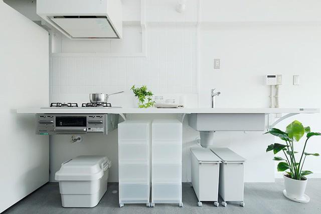 Góc bếp gọn gàng với đầy đủ các vật dụng cần thiết. Ở giữa còn được bố trí thêm không gian lưu trữ nhiều ngăn, tiện ích cho căn bếp thêm ngăn nắp.