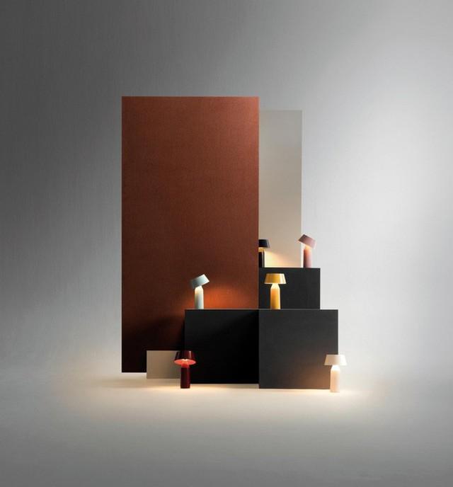 3. Những chiếc đèn nhỏ xíu với kiểu dáng đơn giản từ chai thủy tinh và chụp nhựa cùng tông mà u. Chúng không chỉ cung cấp mảng sáng – tối đặc biệt cho không gian mà còn mang lại nét đẹp đầy nghệ thuật.