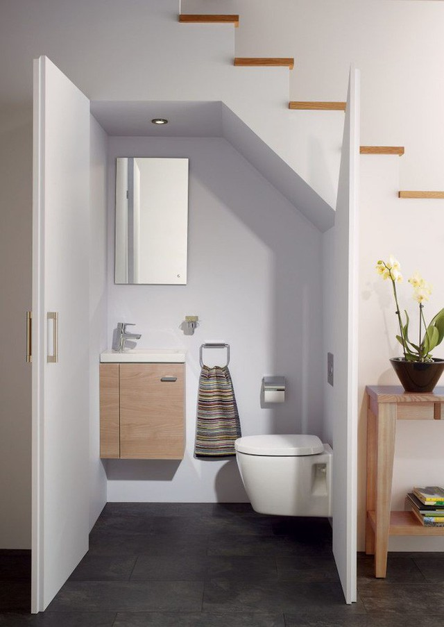 Phòng vệ sinh dưới gầm cầu thang.