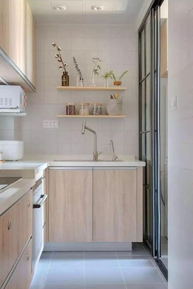 Nhà bếp là sự xuất hiện linh hoạt tối đa của các kệ lưu trữ. Nó thuận tiện cho việc rửa chén, cất bát đĩa mà không sợ bị đau lưng. Ngoài ra, kệ còn giúp trang trí một vài món đồ nhỏ xinh.