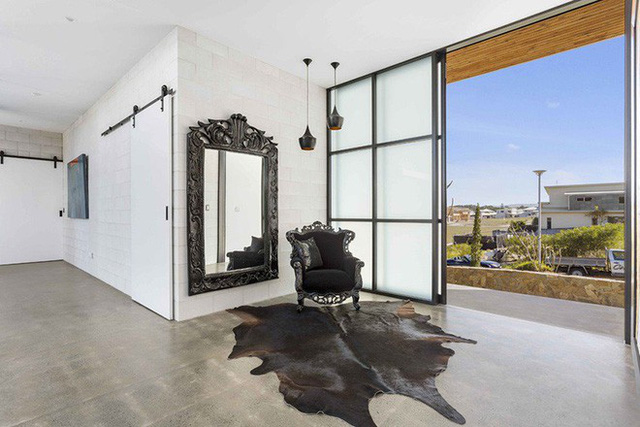 Những tấm gương treo tường cỡ lớn đặt ngay lối vào nhà cũng rất hữu ích để cho cả chủ nhân và những vị khách có thể chỉnh trang lại trang phục, đầu tóc trước khi vào nhà.