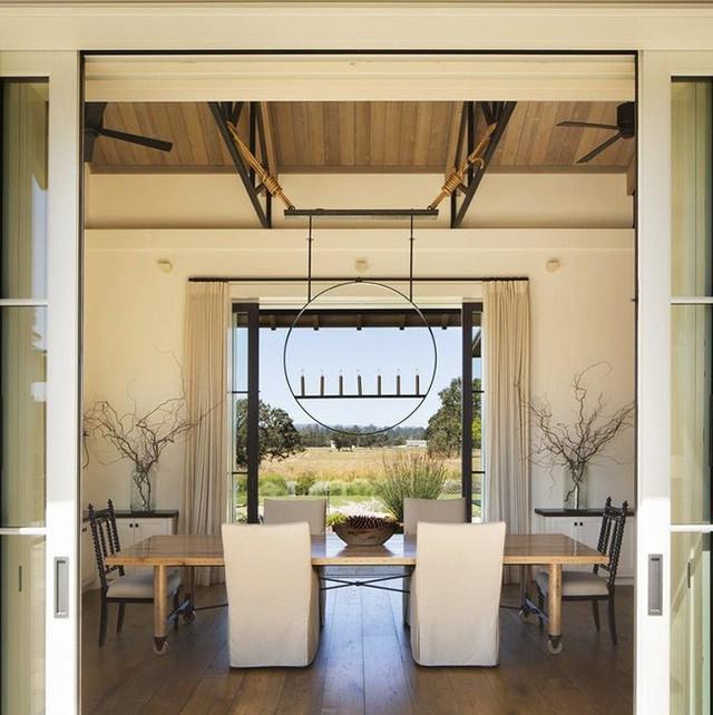 Với sự kết hợp và trang trí khéo léo, bộ bàn ăn mang phong cách tối giản vẫn trông vô cùng thu hút.