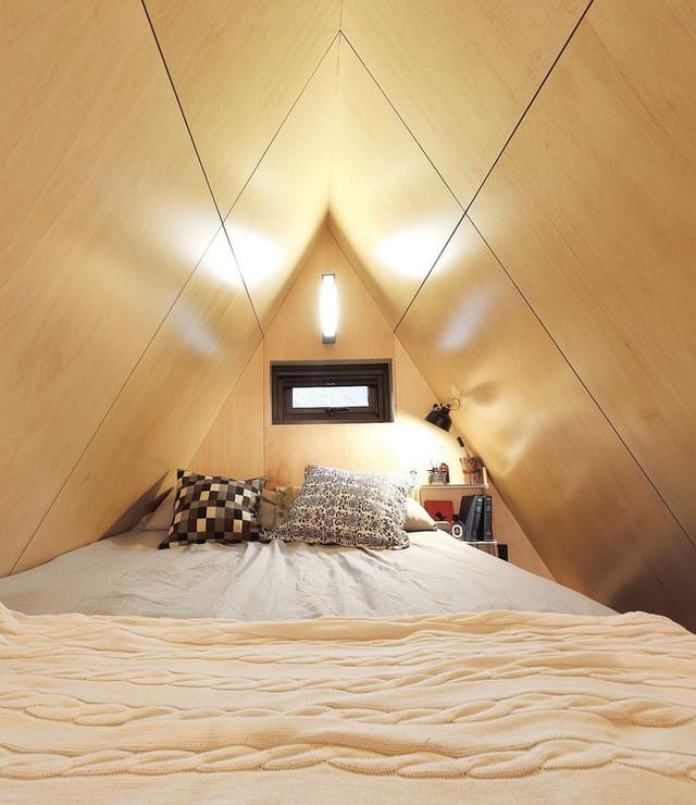 Phòng ngủ với không gian thoáng đãng và mộc mạc có hệ thống thông gió tự nhiên.