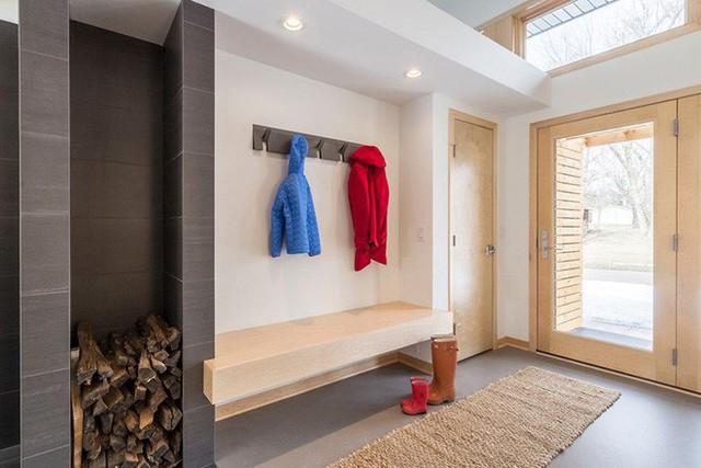Nhiều gia đình tận dụng không gian lối ra vào nhà làm nơi cất trữ giày dép và áo khoác ngoài vô cùng tiện lợi.