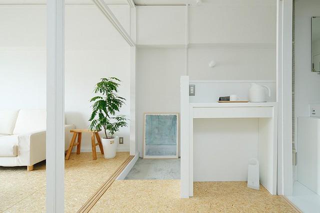 """Từ cầu thang bước lên """"tầng 2"""" của căn hộ là không gian phòng khách và phòng ngủ, nhà vệ sinh."""