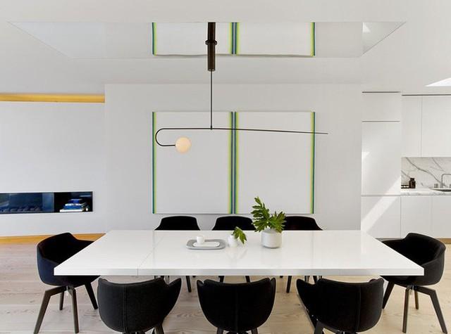 Đều được thiết kế theo lối tối giản nhưng khi đặt bàn ăn trắng bên cạnh bộ ghế ngồi đen tuyền thôi cũng tạo được ấn tượng không nhỏ rồi.