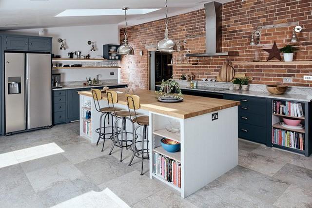 Những căn bếp được thiết kế theo phong cách công nghiệp luôn khiến người ta cảm thấy gần gũi, thân thuộc.