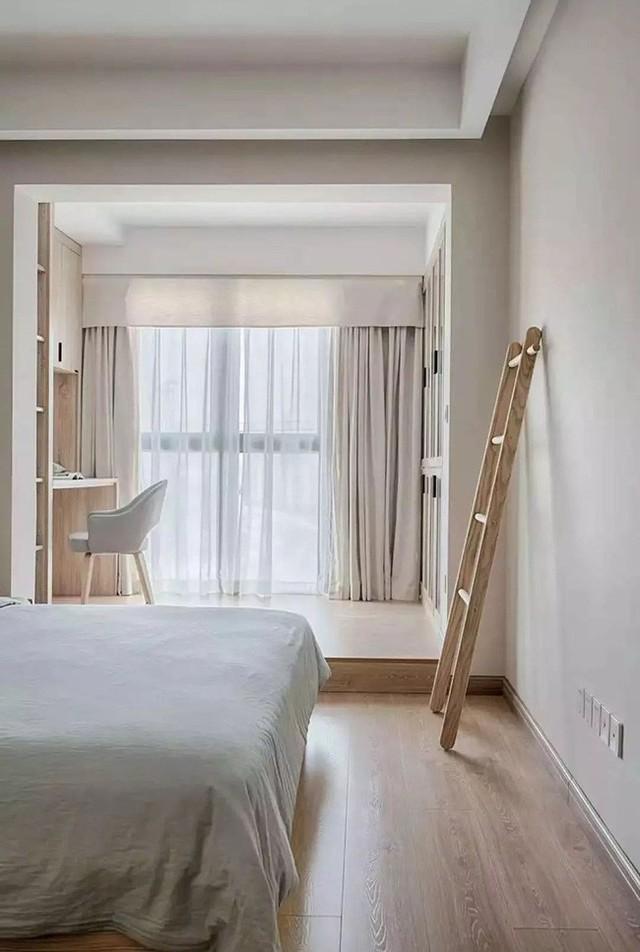 Phòng ngủ của cặp vợ chồng có thiết kế tối giản, không vật dụng thừa. Một chiếc thang được đặt ở góc phòng vừa là vật dụng sinh hoạt lại có thể treo quần áo và đồ dùng khác khi cần thiết.
