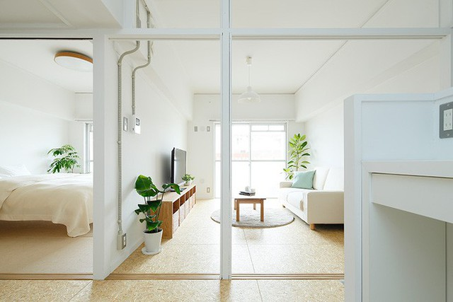 Phòng khách cũng được ưu tiên bố trí nơi có nhiều ánh sáng. Vì trang trí căn hộ theo phong cách tối giản, không gian trở nên đẹp dịu dàng và thanh nhã nhờ sử dụng gam màu đơn giản và thân thuộc với tự nhiên.