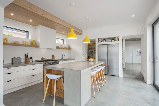 Căn bếp là sự pha trộn giữa phong cách hiện đại với bóng dáng của phong cách nội thất công nghiệp.