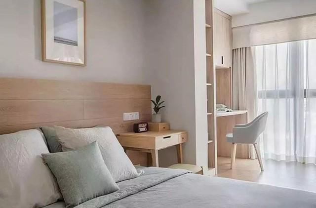 Một thiết kế bàn đầu giường nhỏ gọn kết hợp với khung giường ngủ lớn với nệm ấm áp.
