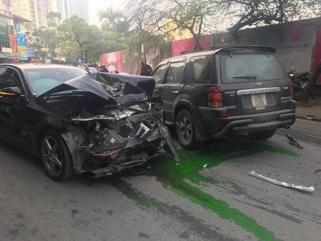 Vụ va chạm khiến 1 người tử vong tại chỗ. Vụ tai nạn khiến bà Liên (73 tuổi, trú tại Giảng Võ, Hà Nội ) đang đi bộ trên đường tử vong tại chỗ. Tài xế điều khiển ôtô 7 chỗ cũng bị thương nặng, được đưa đi cấp cứu ngay sau đó.