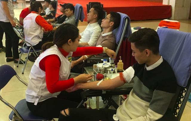 """Đông đảo thanh niên tham gia ngày hội hiến máu Ánh mai hồng"""" được tổ chức sáng 12/1. Ảnh: Bùi Hải"""