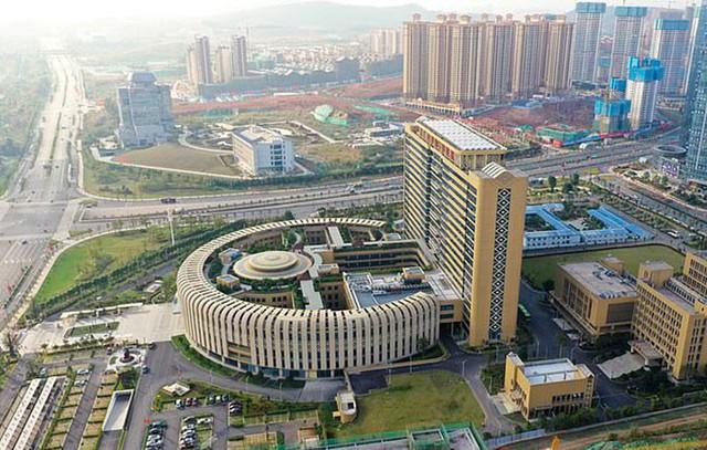 Bệnh viện quốc tế tỉnh Quảng Tây, Trung Quốc, với thiết kế giống bồn cầu đi vào hoạt động cuối năm 2018. Ảnh: ImagesChina.