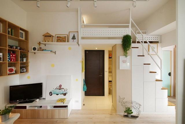 Từ cửa chính bước vào là khu vực chỉ vài mét vuông dành cho chức năng tiếp khách. Không gian không có nhiều nội thất, chỉ có tủ đựng đồ kèm giá đặt ti vi, một bức tranh làm điểm nhấn cho bức tường đối diện sofa. Góc đặt sofa khá nhỏ nhắn với kích thước của nội thất chính kèm chiếc bàn trà đặt gọn ghẽ ở một phần của bức tường. Những vật dụng nhỏ xinh mang lại vẻ đẹp tinh tế, hiện đại cho không gian.