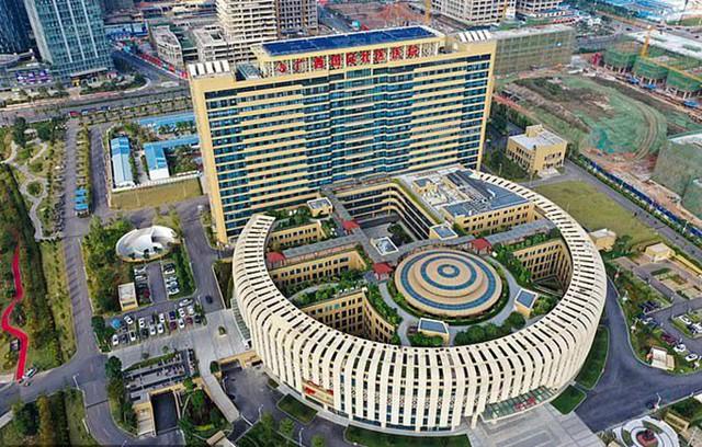 Các khoa khám bệnh đặt liền nhau trong toà nhà hình vòng cung của bệnh viện quốc tế tỉnh Quảng Tây giúp người bệnh thuận tiện đi lại. Ảnh: ImagesChina.