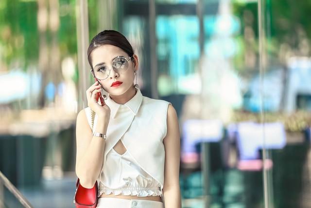 Tạo hình vai diễn của Chi Putrong phim. Cô đã chi một số tiền không nhỏ để đầu tư gần 250 bộ trang phục phù hợp với phong cách sang chảnh của nhân vật Hạ Linh.