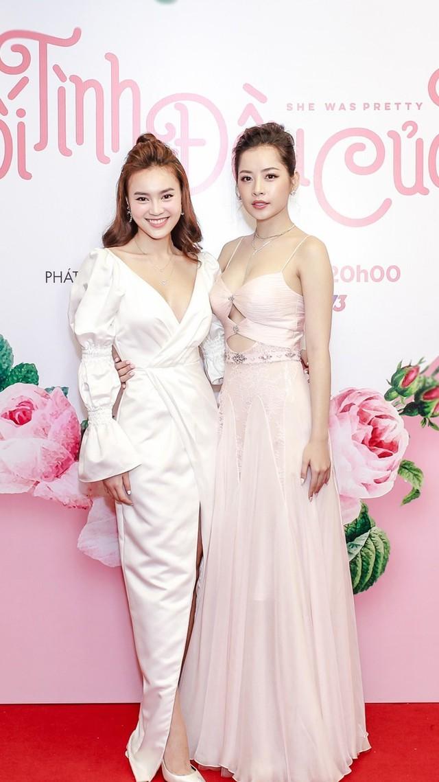 Chi Pu đọ sắc cùng Ninh Dương lan Ngọc tại buổi ra mắt phim. Trong phim, cả hai là đôi bạn thân từ thuở bé với nhiềuphân cảnh diễn tay đôi.