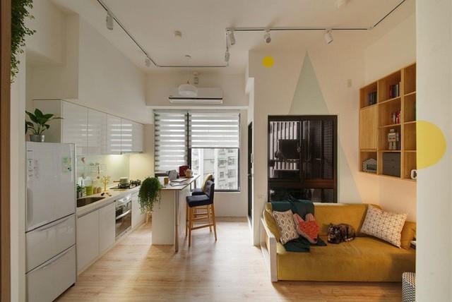 Tiếp đến là khu vực nấu nướng, ăn uống hàng ngày của gia đình. Không gian căn hộ không rộng lắm nhưng có ưu thế về ánh sáng tự nhiên. Khung cửa sổ rộng mở với tầm nhìn thoáng giúp mọi người luôn cảm nhận được sự thoải mái và mát mẻ.