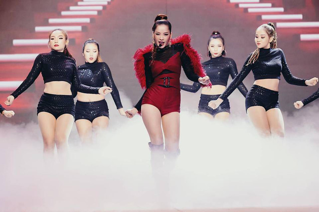 Xuất hiện tại đêm chung kết The Face với vai trò khách mời biểu diễn, Chi Pu tiếp tục vấp phải những tranh cãi với màn trình diễn của mình.