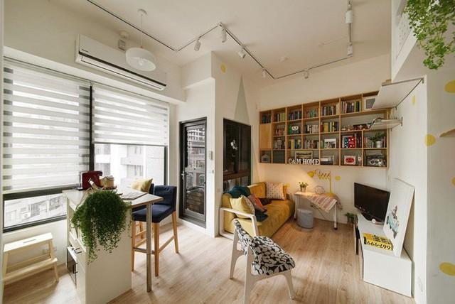 Phòng bếp được bố trí hệ thống tủ song song gắn liền với một phần tường. Tủ bếp và tường bếp đều sử dụng hầu hết với gam màu trắng để tăng sự rộng rãi cho không gian.