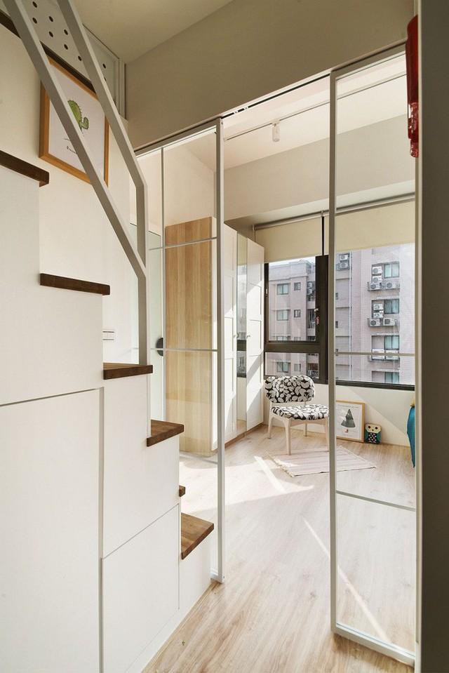 Góc ban công được kết nối với không gian bên trong bằng cửa trượt kính trong suốt.