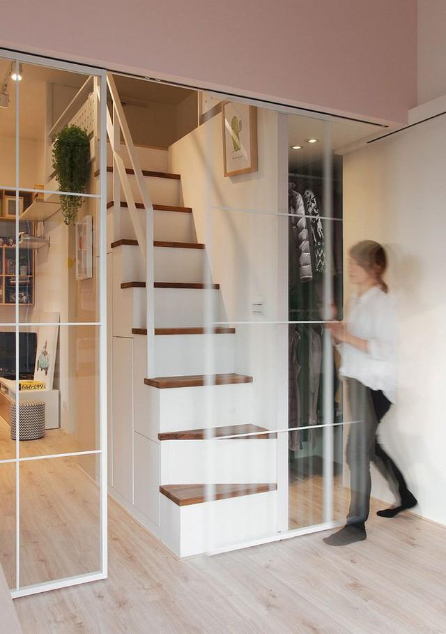 Cầu thang nhỏ bố trí sát vách tủ đựng đồ. Một phần cầu thang được bố trí tủ đựng đồ, phía bên cạnh cũng có cánh cửa trượt để lưu trữ quần áo, đồ dùng hàng ngày.
