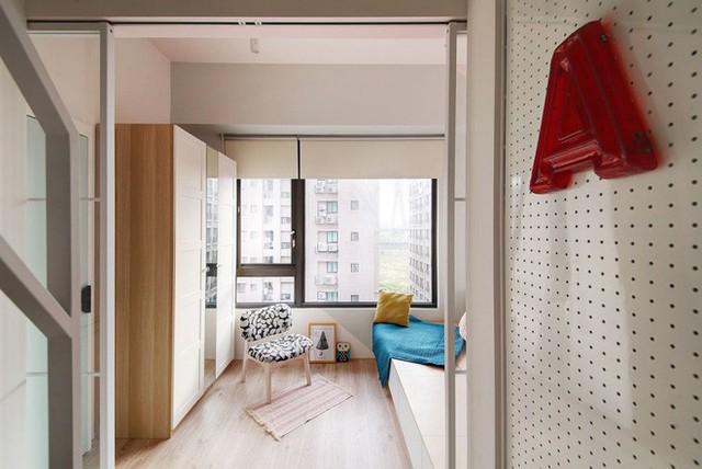 Phía trên gác xép là không gian nghỉ ngơi tràn ngập ánh sáng. Không gian nghỉ ngơi đẹp tinh tế với cách bố trí giản dị, chỉ với hệ thống giường giật cấp, phía dưới gầm được bố trí tủ đựng đồ.