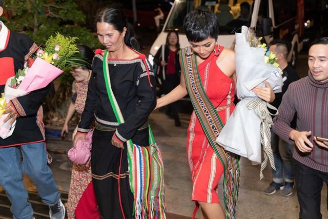 Mẹ của HHen Niê không biết tiếng Việt. Bà mặc trang phục của người Ê Đê ra đón con. Ảnh: Thiên An