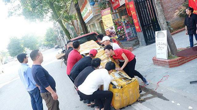A Thái cho biết phải tốn rất nhiều tiền để mua và đưa con cá về Tp Lào Cai.