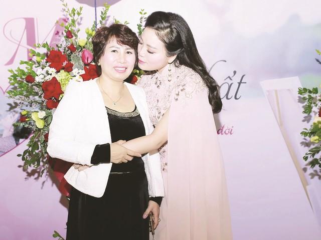 Ca sĩ Huyền Trang và mẹ (ảnh nhân vật cung cấp).