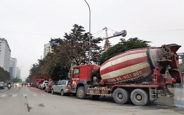 Xe bồn mang tên Sông Đà - Việt Đức chờ đổ bê tông tại công trình phố Thành Thái vào hồi 16h30 ngày 10/1. Ảnh: Mộc Trà