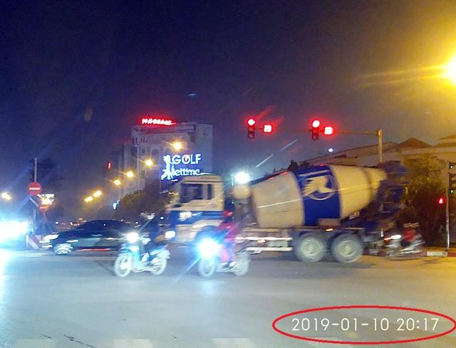Xe bồn gắn mác Shinsung Vina chạy trên phố Trần Đăng Ninh – Nguyễn Khánh Toàn lúc hơn 20h ngày 10/1 (ảnh cắt từ clip).