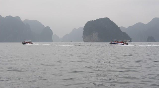 Xuồng đưa du khách đi thăm hang Luồn. Ảnh: Nguyễn Hùng
