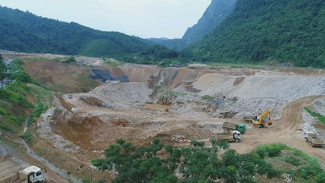 Xẻ đất rừng khai thác vàng ở Thái Nguyên. (ảnh: HC)
