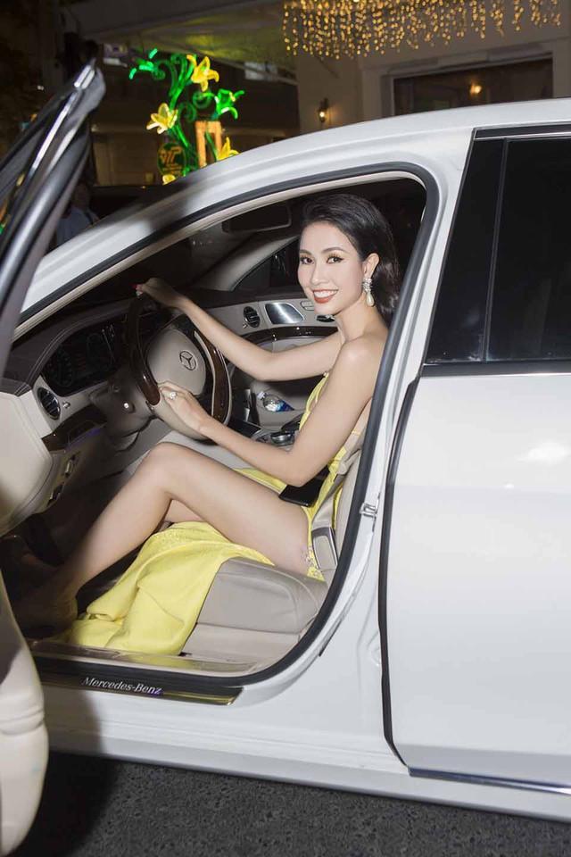 Mỹ nhân diện trang phục gợi cảm, đi siêu xe nhận được sự chú ý.
