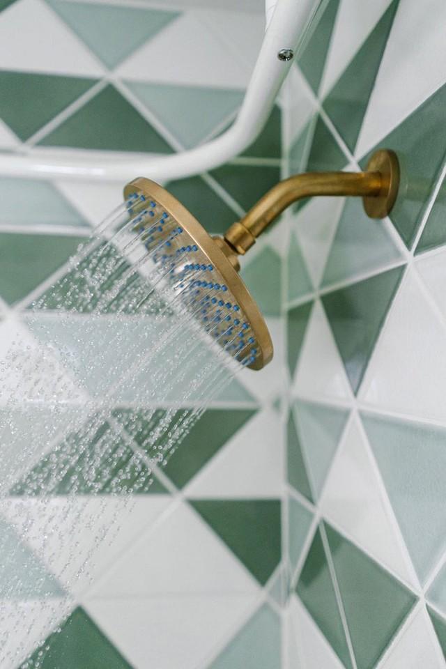Bạn có thể bắt tay vào việc làm mới không gian nhà tắm bằng việc lựa chọn một mẫu gạch lát tường mới.