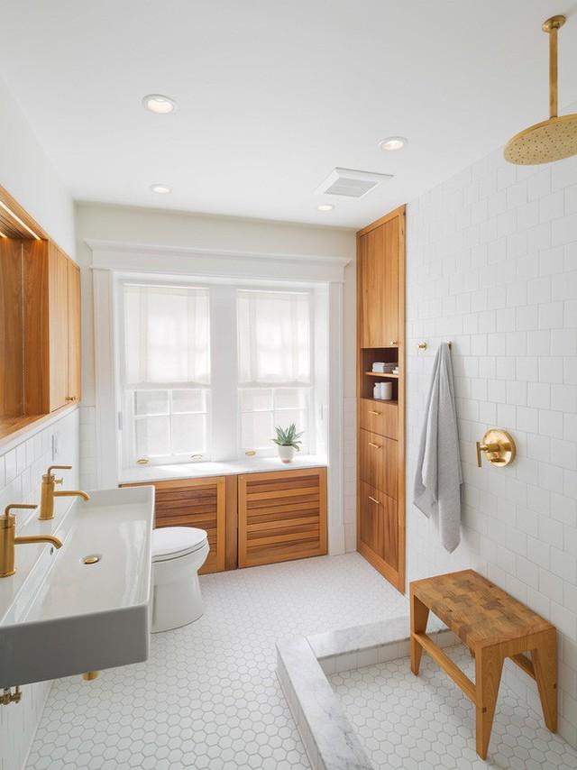 Những căn phòng tắm có sự kết hợp giữa gam màu trắng và màu gỗ tự nhiên luôn mang đến cảm giác vô cùng dễ chịu cho người dùng.
