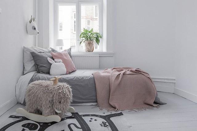 Những gam màu trung tính luôn được ưu tiên sử dụng trong phong cách thiết kế Scandinavian càng làm tôn nên vẻ đẹp nhẹ nhàng, dễ thương bên trong không gian của bé.