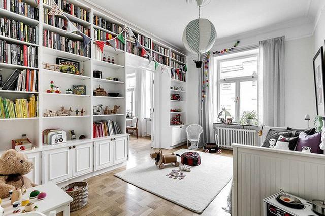 Cả mảng tường được tận dụng thiết kế làm giá sách mang đến một không gian lưu trữ cực lớn cho sách truyện và đồ chơi của bé.