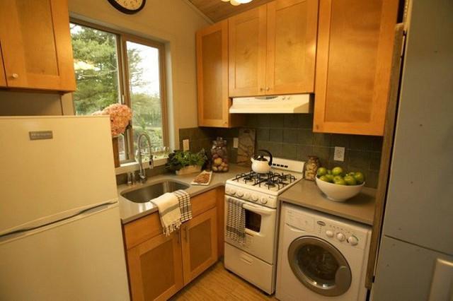 Một phòng bếp nhỏ nhắn với diện tích chỉ hơn 4m2 nhưng đầy đủ tiện nghi và vật dụng nấu ăn. Mọi thứ được sắp xếp khá gọn gàng, ngăn nắp.