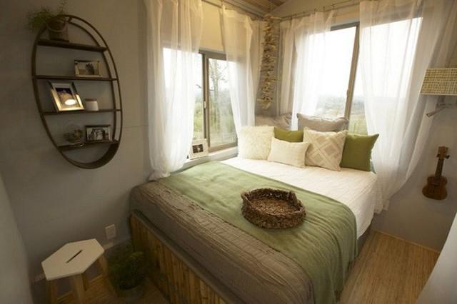 Phía bên phải của ngôi nhà chính là nơi đặt phòng ngủ. Với gam màu dịu nhẹ như xanh lá mạ, nâu nhạt sẽ khiến giấc ngủ của các thành viên trong gia đình ngon và sâu hơn.