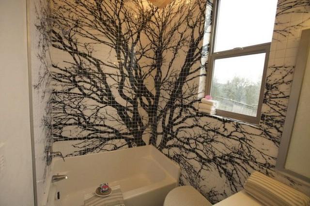 Một nhà tắm cũng nhỏ không kém với hàng gạch lát tạo hoa văn cây cối đen trắng khá bắt mắt và tinh tế.