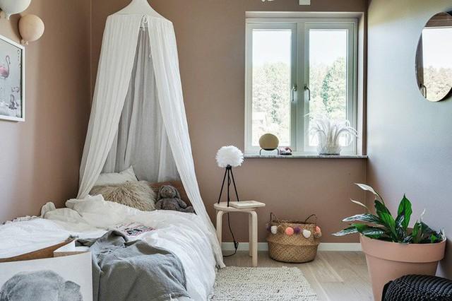 Nội thất trong phòng trẻ được lựa chọn theo hướng tối giản và đảm bảo an toàn tuyệt đối trong quá trình sử dụng với trẻ.