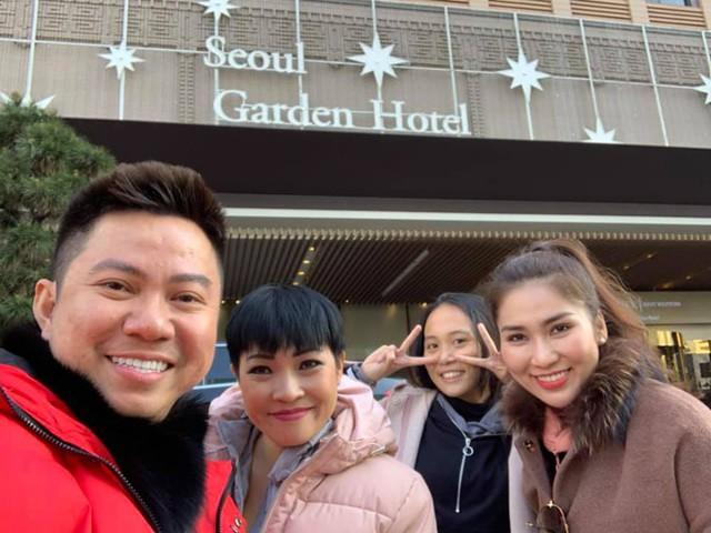 Hai mẹ con Phương Thanh cùng những người bạn dạo chơi ở Seoul.