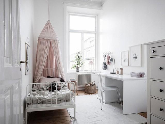 Sự lựa chọn khéo léo những món đồ nội thất nhỏ gọn với gam màu sáng giúp cho căn phòng trông gọn gàng và rộng rãi hơn diện tích thực tế của nó.