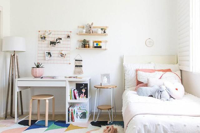 Những món đồ phụ kiện với sắc hồng phấn góp phần làm tăng thêm nét nữ tính bên trong căn phòng của bé gái.