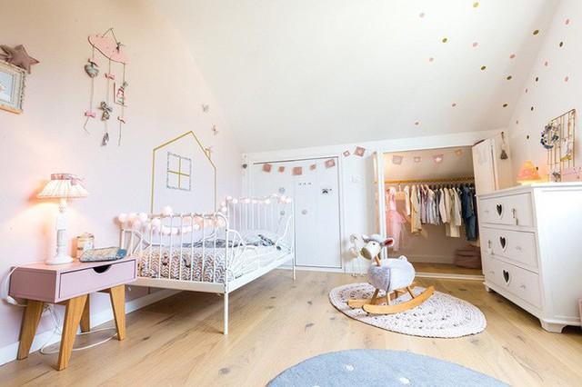 Và dù cho bạn thiết kế phòng bé bằng bất kỳ phong cách nội thất gì thì những món phụ kiện trang trí cũng không thể nào thiếu được.