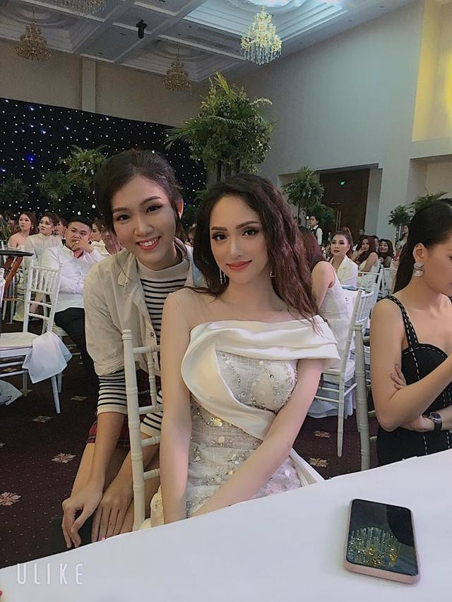 Nhật Hà trong một bức ảnh chụp cùng Hương Giang