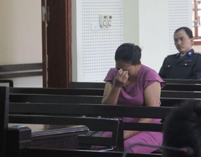 Mẹ bị cáo khóc thút thít trong quá trình tham dự phiên tòa